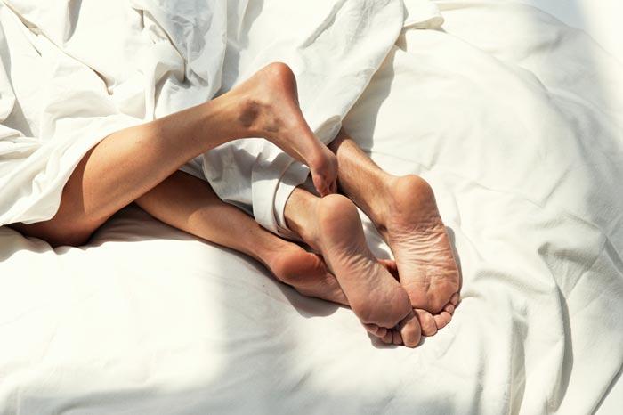 ноги в кровати